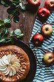 endecha plana con la empanada de manzana hecha en casa dispuesta, las manzanas frescas con las hojas verdes y el lino fotografía de archivo libre de regalías