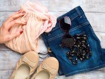 Endecha plana con la ropa del ` s de la mujer, zapatos de los vidrios Fotografía de archivo libre de regalías