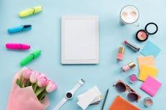 Endecha plana con la tableta digital, el ramo de tulipanes, la taza de café y los accesorios Imagen de archivo libre de regalías