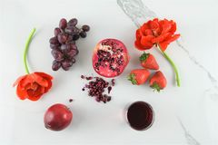 Endecha plana con las frutas rojas Fotos de archivo libres de regalías