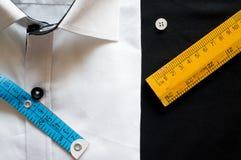 Endecha plana con las herramientas de medición de la camisa blanca Imagen de archivo libre de regalías
