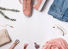 Endecha plana con las zapatillas de deporte rosadas, la bufanda y otros accesorios foto de archivo