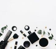 Endecha plana, concepto del blog de la belleza La hembra compone los accesorios en el fondo blanco Foto de archivo libre de regalías