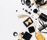 Endecha plana, concepto del blog de la belleza La hembra compone y los accesorios en el fondo blanco Imágenes de archivo libres de regalías