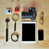 Endecha plana de accesorios en el escritorio de madera Fotografía de archivo libre de regalías