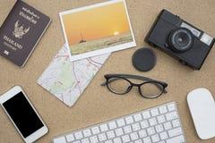Endecha plana de accesorios en el escritorio de madera Fotos de archivo libres de regalías