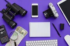 Endecha plana de accesorios en el fondo violeta del escritorio Fotografía de archivo libre de regalías