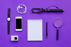 Endecha plana de accesorios en el fondo violeta del escritorio Foto de archivo libre de regalías