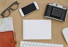 Endecha plana de accesorios en fondo de madera del escritorio Imagen de archivo libre de regalías