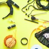 Endecha plana de accesorios femeninos en el fondo amarillo, moda de la primavera Fotografía de archivo