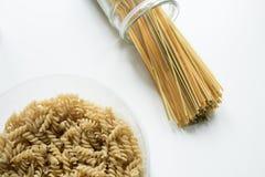 Endecha plana de espaguetis en un tarro y un fussili fotos de archivo libres de regalías