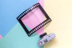 Endecha plana de la cámara del vintage y del bastidor en blanco en forma de película análoga en concepto minimalistic del fondo m Imagenes de archivo