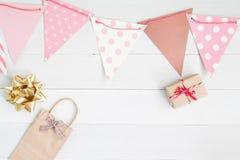 Endecha plana de la caja y cinta de regalo, Año Nuevo y estafa del día de tarjetas del día de San Valentín Imagenes de archivo