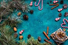 Endecha plana de la celebración de la Navidad con las nueces, el canela, los conos y las señoras del caramelo con el espacio de l Foto de archivo libre de regalías