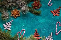 Endecha plana de la celebración de la Navidad con las señoras del caramelo y las decoraciones de la Navidad con el espacio de la  Foto de archivo