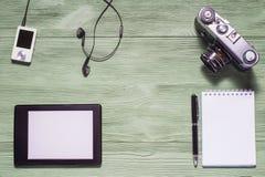 Endecha plana de la materia, de la PC de la tableta, de la foto de la cámara, del cuaderno y de otro personales Foto de archivo libre de regalías