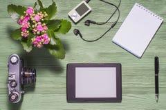 Endecha plana de la materia personal, PC de la tableta, foto de la cámara, cuaderno Fotografía de archivo