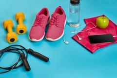 Endecha plana de la pesa de gimnasia, botella de agua, comba y zapatilla de deporte, equipos de deporte, artículos de la aptitud, Imagen de archivo libre de regalías