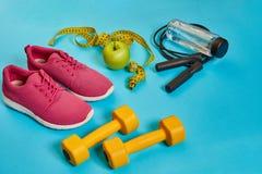 Endecha plana de la pesa de gimnasia, botella de agua, comba y zapatilla de deporte, equipos de deporte, artículos de la aptitud, Foto de archivo
