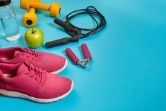 Endecha plana de la pesa de gimnasia, botella de agua, comba y zapatilla de deporte, equipos de deporte, artículos de la aptitud, Imágenes de archivo libres de regalías