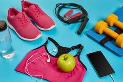 Endecha plana de la pesa de gimnasia, botella de agua, comba y zapatilla de deporte, equipos de deporte, artículos de la aptitud, Imagenes de archivo
