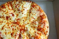 Endecha plana de la pizza Margherita en caja de la entrega de la cartulina Fotos de archivo libres de regalías