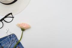 Endecha plana de la ropa casual femenina con los accesorios Imágenes de archivo libres de regalías