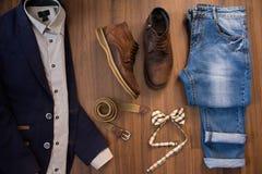 Endecha plana de la ropa casual para hombre fijada y de los zapatos en vagos de madera marrones Foto de archivo libre de regalías