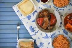 Endecha plana de la tabla de cena con el arrancador chino cocinado delicioso y los platos principales Foto de archivo