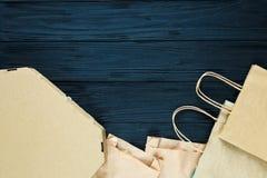 Endecha plana de las basuras de papel como bolsos, cajas listas para reciclar en fondo gris Cuidado de la ecología y concepto de  fotografía de archivo