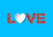 Endecha plana de las letras de amor con los corazones rojos del papel del vector en fondo azul Foto de archivo