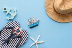 Endecha plana de las vacaciones de verano tropicales de la playa con el acce del verano de la playa Foto de archivo