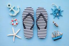 Endecha plana de las vacaciones de verano tropicales de la playa con el acce del verano de la playa Imagen de archivo libre de regalías