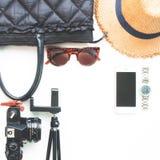 Endecha plana de los accesorios de la mujer con la cámara de la película del teléfono móvil y de los artículos negros del color e Imagen de archivo libre de regalías