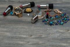Endecha plana de los accesorios del partido del ` s de la mujer sobre el fondo negro Accesorios y cosméticos del ` s de la mujer  Fotografía de archivo libre de regalías