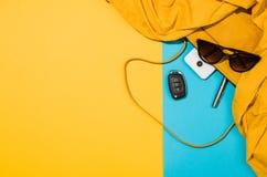 Endecha plana de los accesorios del ` s de la mujer en la opinión superior del fondo colorido Foto de archivo