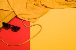 Endecha plana de los accesorios del ` s de la mujer en la opinión superior del fondo colorido Fotos de archivo