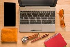 Endecha plana de los accesorios del ` s de la tableta, del ordenador y de los hombres en la madera marrón Fotografía de archivo libre de regalías