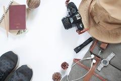 Endecha plana de los accesorios del viaje con la cámara y el pasaporte Imágenes de archivo libres de regalías