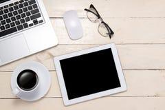 Endecha plana de los accesorios de la oficina, del ordenador portátil, del cuaderno, de la taza de café y de la cámara personales Imagen de archivo libre de regalías