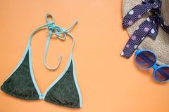 Endecha plana de los artículos del bikini y de la playa del verano, del sombrero de paja y de la moda fotografía de archivo