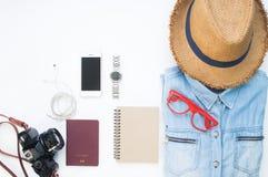 Endecha plana de los artículos del ` s del viajero, accesorios esenciales de las vacaciones Fotografía de archivo