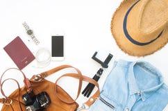 Endecha plana de los artículos del ` s del viajero, accesorios esenciales de las vacaciones Fotografía de archivo libre de regalías
