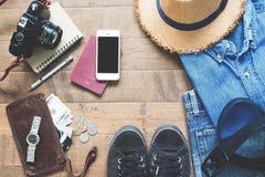 Endecha plana de los artículos del ` s del viajero, accesorios esenciales de las vacaciones del viajero elegante joven Imagen de archivo libre de regalías