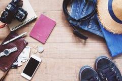Endecha plana de los artículos del ` s del viajero, accesorios esenciales de las vacaciones del viajero elegante joven Fotografía de archivo