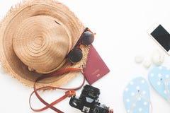 Endecha plana de los artículos y del pasaporte, concepto del verano del viaje en el fondo blanco Fotos de archivo libres de regalías