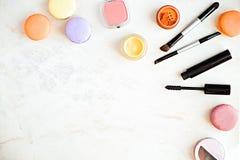 Endecha plana de los productos de maquillaje de la moda en un fondo de mármol Foto de archivo