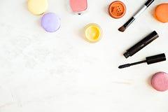 Endecha plana de los productos de maquillaje de la moda en un fondo de mármol Imagen de archivo