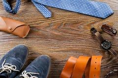 Endecha plana de los zapatos y de los accesorios del ` s de los hombres en un fondo de madera Imágenes de archivo libres de regalías