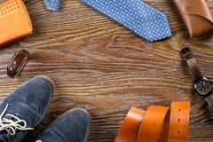 Endecha plana de los zapatos y de los accesorios del ` s de los hombres en un fondo de madera Copie el espacio Fotos de archivo libres de regalías